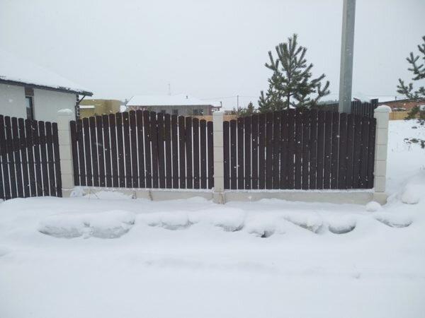 Бетонный забор с металлоштакетником